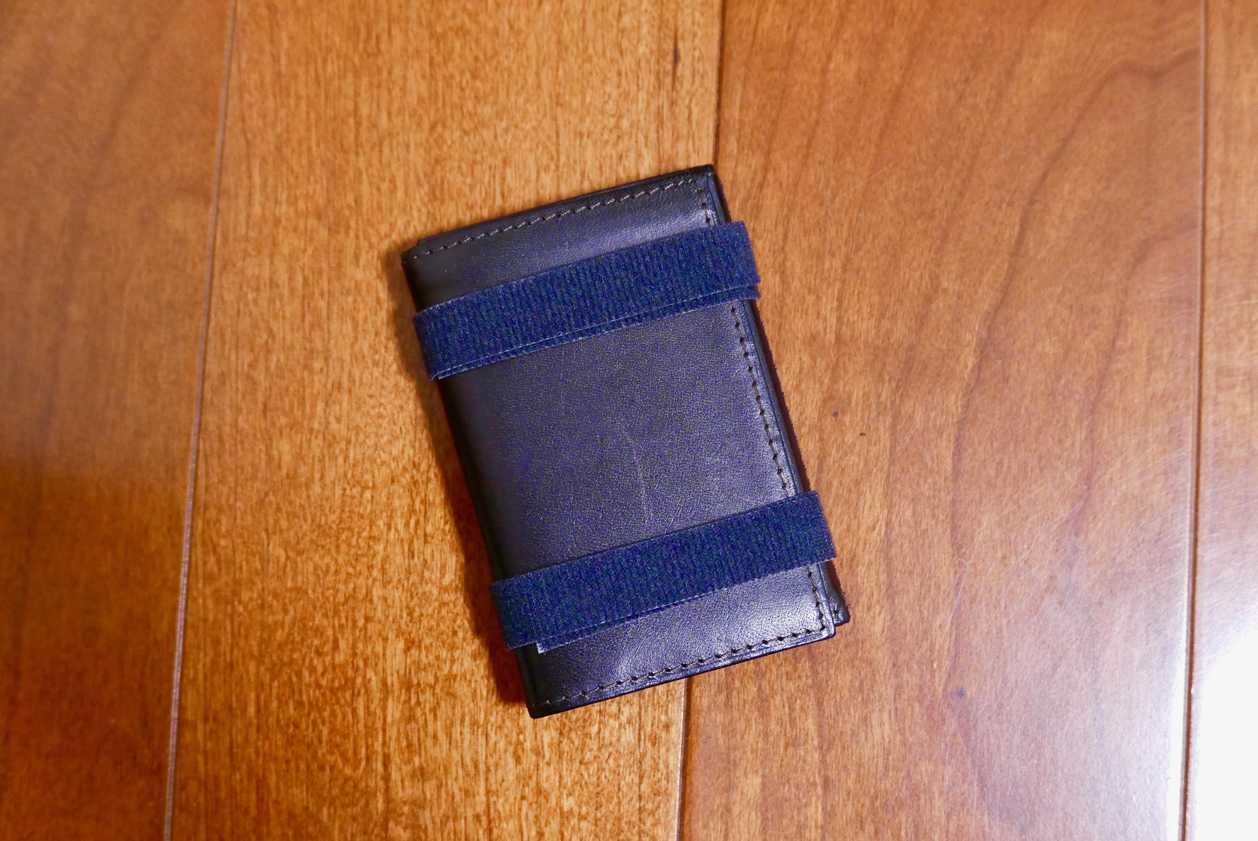 財布をマジックテープで留めている